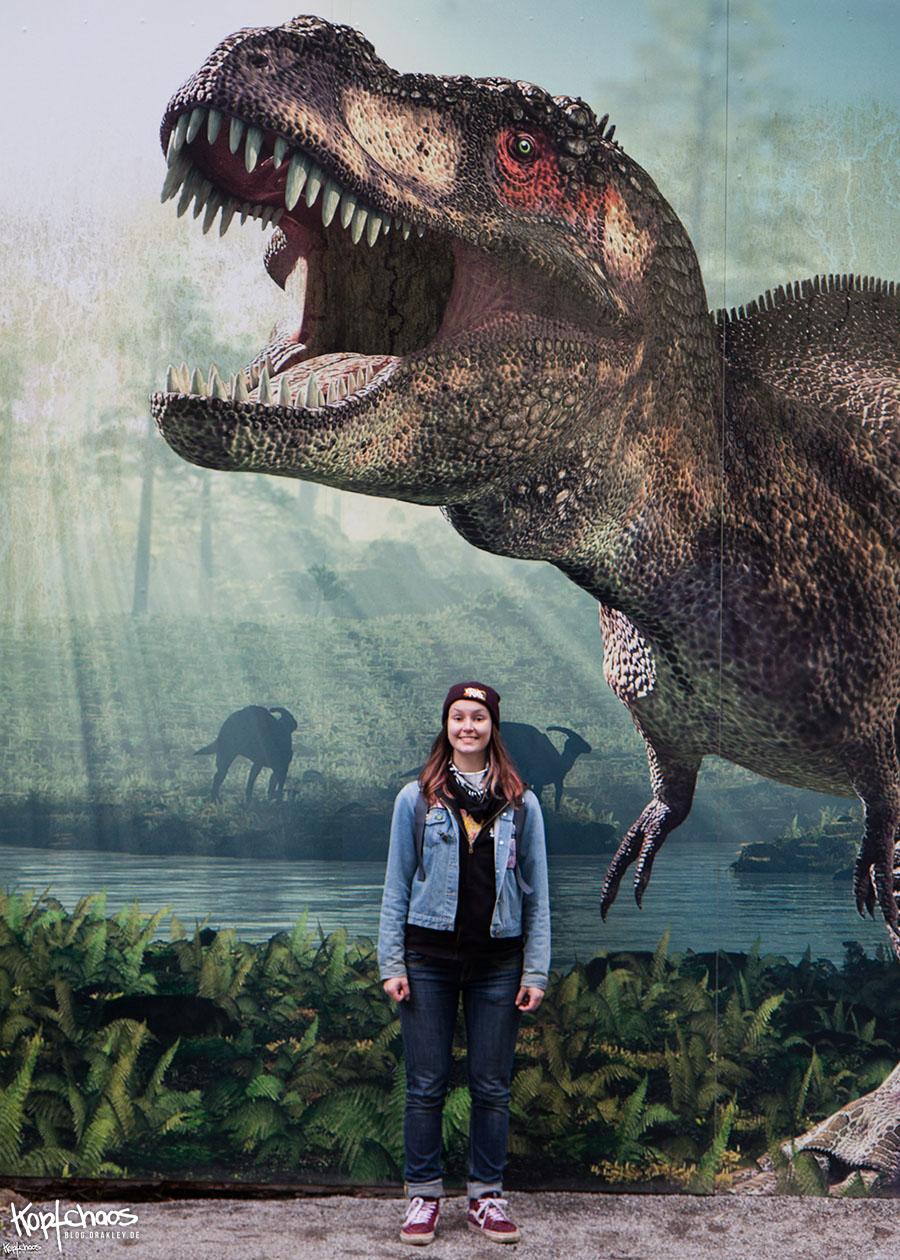 Pauli glücklich unter T-Rex.