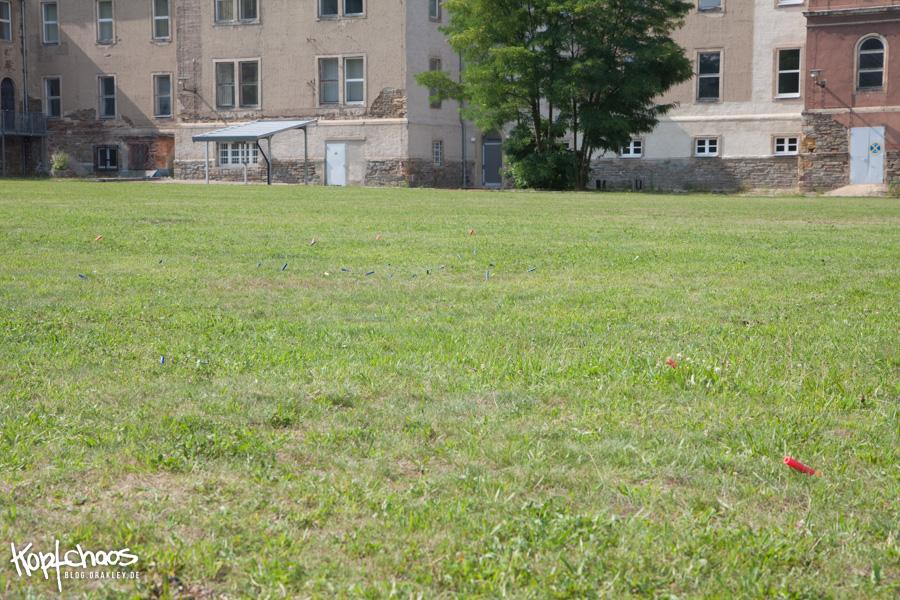 Nerf Pfeile verstreut auf dem Rasen